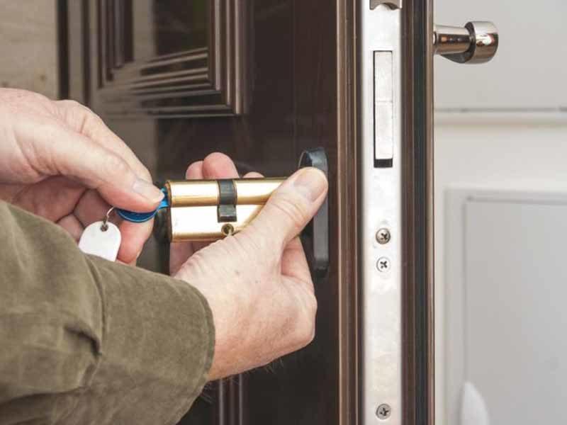 Cambio de bombín en puerta acorazada
