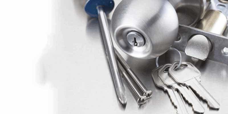 Pomo, cerradura, llaves y destornillador